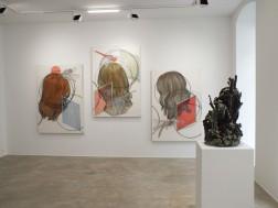 mit der Skulptur von Keyiona Stumpf, Ausstellungsansicht, Loft 8 Galerie Wien, 2019, Foto: Miroslava Urbanová